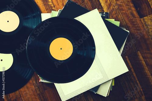 Fotografía  Vinyl record and a collection of albums