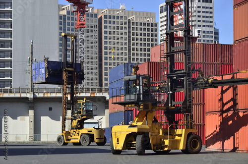 Fotografie, Obraz  Toplifter handling cargo container loading to container trailer in import export