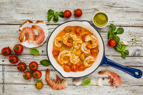 Photo  Fried shrimp with tomatoes and garlic