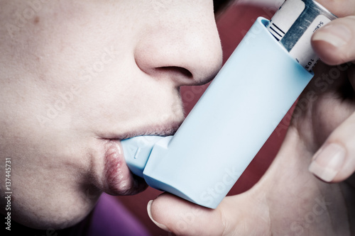 Photo Woman inhaling asthma sprays