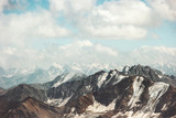 Góry pasmo Krajobraz i chmury niebo Podróżuje widok z lotu ptaka spokojną scenerię dzikiej natury spokojnej sceny - 137450765