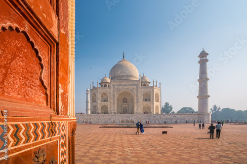 Staande foto India Taj Mahal on a bright and clear day