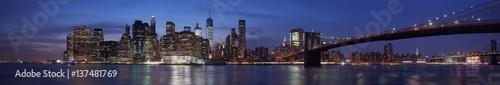 nocna-panorama-na-budynki-nowego-jorku-i-most-brooklinski