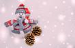 Праздничная новогодняя открытка. Снеговик и шишки
