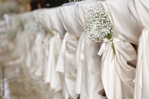 Fotografía  Dettagli floreali matrimonio su sedie addobbate