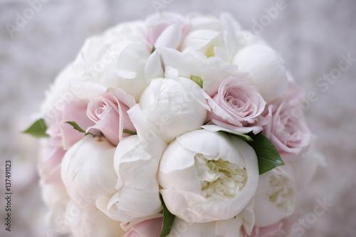 Fiori Bianchi Simili A Rose.Delizioso Colorato Bouquet Da Sposa Con Fiori Bianchi E Rosa