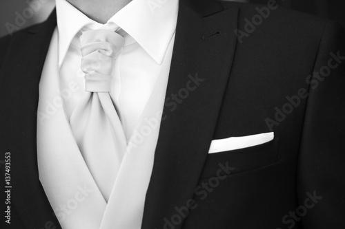 Fotografía  Dettaglio di elegante abito da sposo
