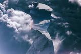 Wieloskładnikowy ujawnienie dziewczyna jest ubranym kapelusz, mountainscape i burzowego cloudscape - 137494515