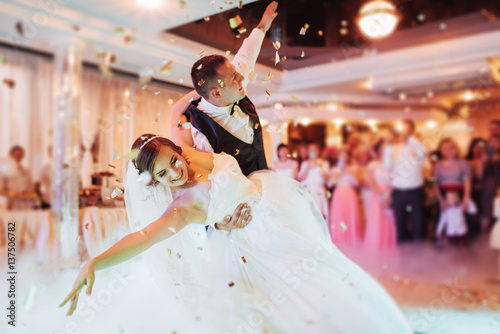 Fototapeten Tanzschule Happy bride and groom their first dance