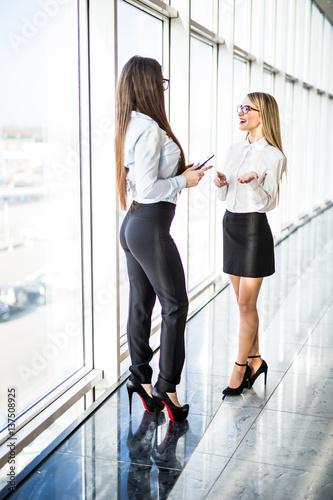 Fotografía  Business women informal communication over panoramic windows.