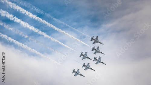 Valokuva  USAF Thunderbirds with smoke trails