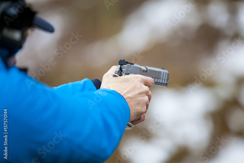 Valokuvatapetti Arme de poing braquée et tir