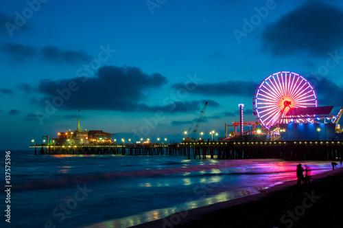 Zdjęcie XXL Park rozrywki na molu w Snata Monica przy nocą, Los Angeles, Kalifornia, usa