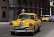 Amerikanischer gelber Oldtimer auf der Hauptstrasse in Havanna Kuba - Serie Kuba Reportage