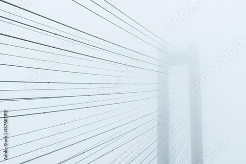 fragment-mostu-w-gestej-mgle-nieszablonowa-perspektywa-zdjecia