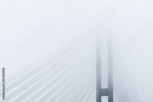 fragment-mostu-pokrytego-bardzo-gesta-mgla