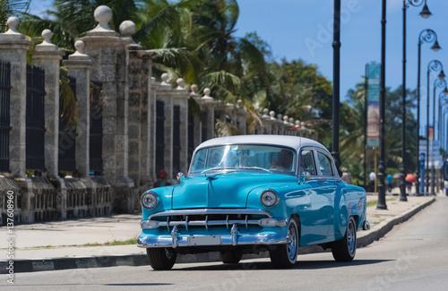 Wall Murals Old cars Blauer Oldtimer fährt auf der berühmten Promenade Malecon in Havanna Kuba - Serie Kuba Reportage