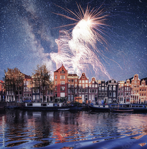 Photo  Beautiful night in Amsterdam.  illumination of buildings an