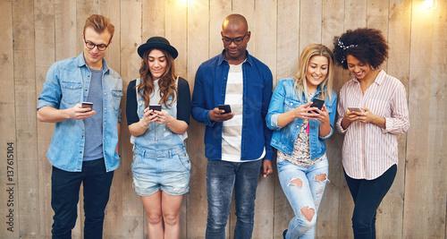Fotografie, Obraz  All staring into phones