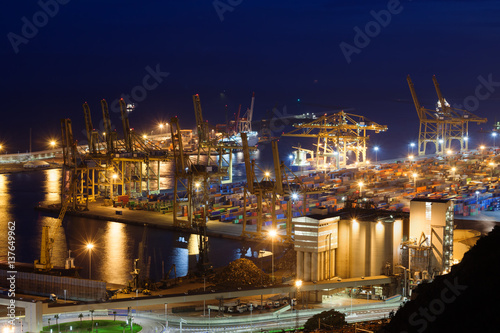 port-w-barcelonie-noca-hiszpania