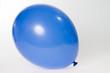 Luftballon / blauer Luftballon auf grauem Hintergrund