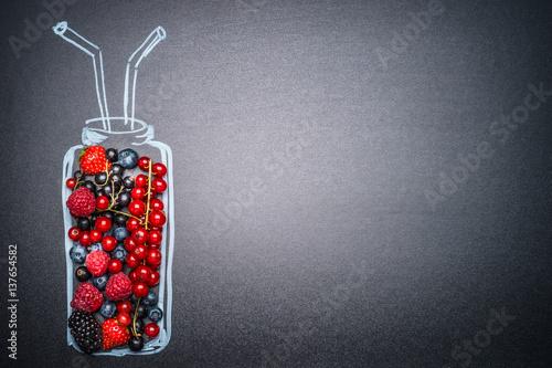 malowana-butelka-ze-swiezych-roznych-owocow-na-smoothie