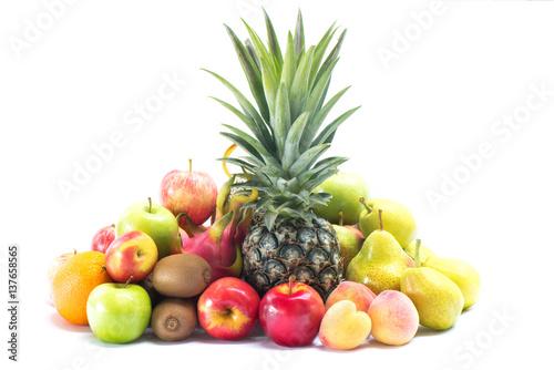 roznorodni-swiezi-owoc-i-warzywo-odizolowywajacy-na-bialym-tle