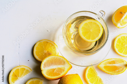Photo sur Toile The Lemon tea in a transparent cup on white background with slices of lemon