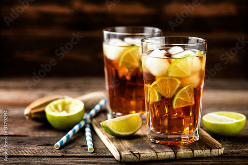 Photo sur Aluminium Cocktail Cuba Libre or long island iced tea cocktail with strong drinks, cola, lime and ice in glass, cold longdrink