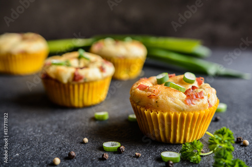 Fotografia Salty bacon muffins with onion