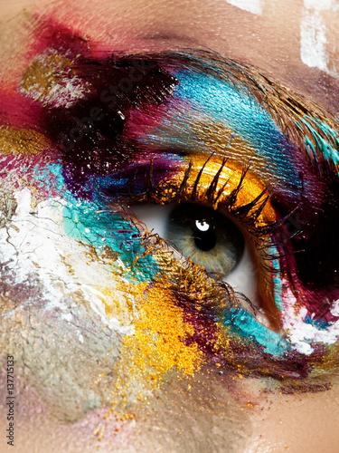 Türaufkleber Makrofotografie Beauty, cosmetics and makeup. Magic eyes look with bright creative make-up. Macro shot of beautiful woman's face with perfect art make up. Closeup of female eye. Body art