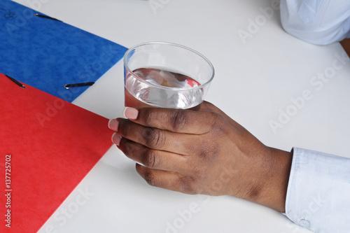 Bureau Verre Noir But : Main femme noire buvant un verre d eau au bureau buy this stock