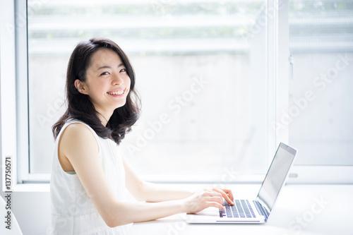 Fotografie, Obraz  パソコンを使う女性