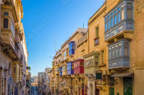 In de dag Havana Valletta, Malta - Typical narrow street with colorful traditional windows and balconies and clear blue sky on a summer day