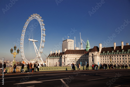 Fotomural LONDON, UK - JANUARY 26, 2017: The EDF Energy London Eye next to the river Thame