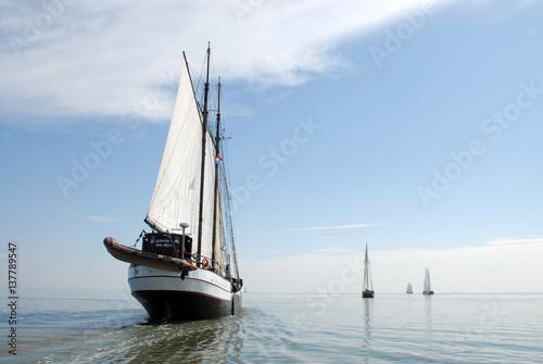 Fototapeten Natur zeilboten varen rustig op zee