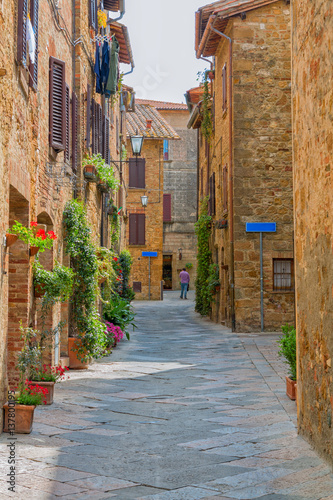 Poster Smal steegje Beautiful narrow alley with traditional historic houses at Pienza city