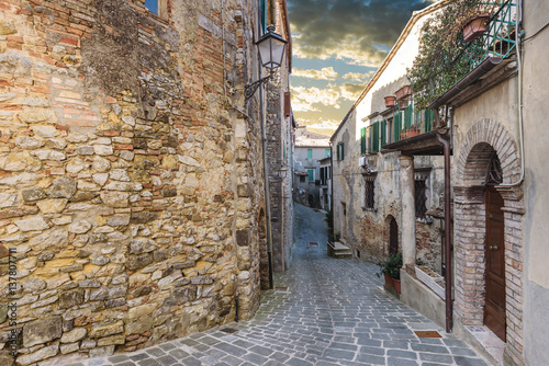 Hidden alley somewhere in the Tuscan town of San Casciano dei Bagni. © Jarek Pawlak
