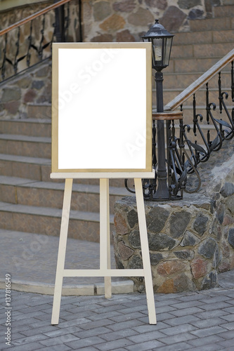 Photo  Wedding guest list on wooden easel