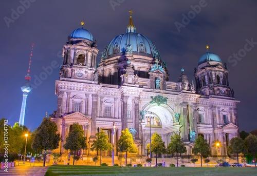 widok-nocny-na-katedre-ewangelicka-posrod-drzew-i-wieze-telewizyjna-w-tle