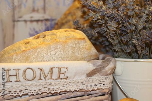 domowy-chleb-w-koszyku-z-napisem-home