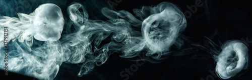 Poster Fumee Vape trick smoke ring on dark background