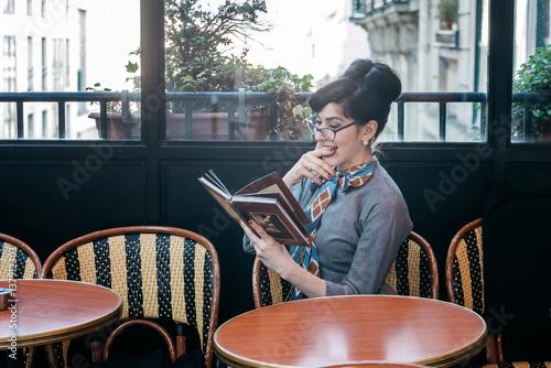 Poster koffiebar Femme élégante en terrasse