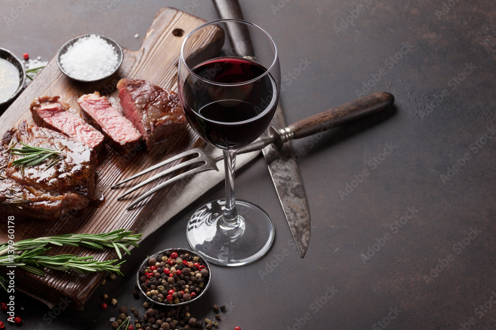 Obraz Grilled ribeye beef steak with red wine, herbs and spices fototapeta, plakat