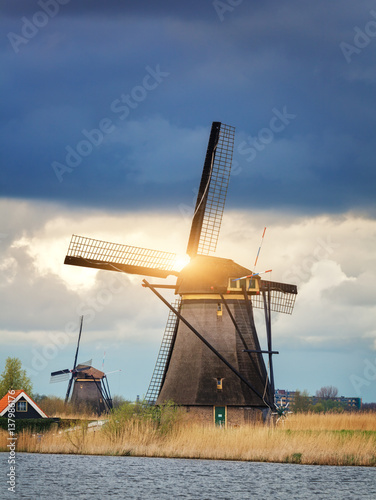 Photo  Windmills against cloudy sky at sunset in famous Kinderdijk, Netherlands
