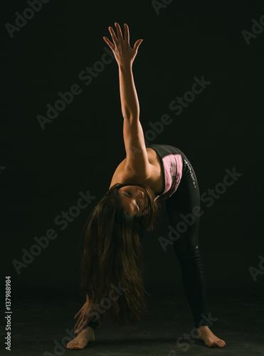 Obraz na plátně mujer joven latina realizando contorsiones, piruetas, gestos y acrobacias en un