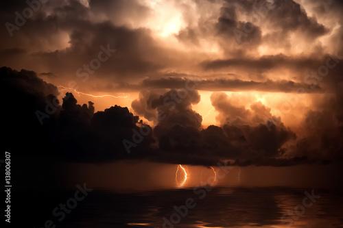 Plakat Błyskawica nad morzem, burza, noc