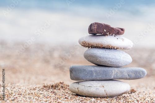 Photo sur Plexiglas Zen pierres a sable Pile of stacked stones on the sandy beach at Adriatic sea