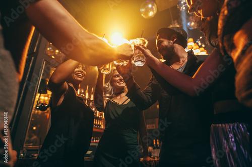 Fotomural Group of friends enjoying drinks at bar