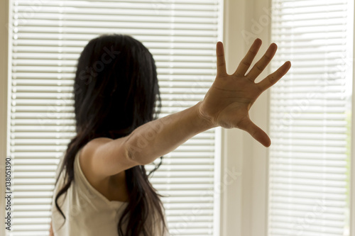 Fotografie, Obraz  abwehrende Haltung einer Frau